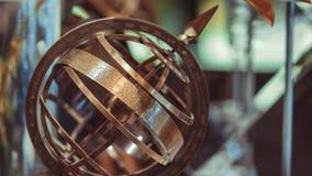 Compasso náutico de bronze antigo do relógio de sol fotografia de stock royalty free