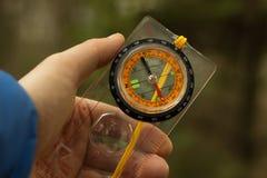 Compasso na mão de um turista Foto de Stock Royalty Free