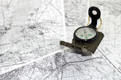 Compasso nos mapas do fundo Fotos de Stock