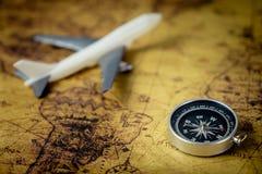 Compasso retro com o avião no mapa do mundo do vintage para o conceito do explorador Fotos de Stock Royalty Free