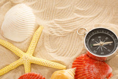 Compasso, seastar e conchas do mar na areia foto de stock royalty free