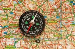 Compasso sobre o mapa do Reino Unido fotografia de stock royalty free