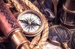 Compasso velho e outros acessórios marinhos Fotografia de Stock
