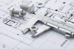 compassos de calibre vernier que medem a porca do metal imagem de stock royalty free