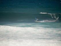 compeeting在Hookipa海滩毛伊的风帆冲浪者 免版税库存照片