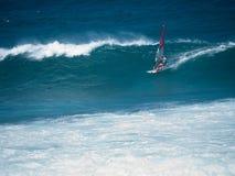 compeeting在Hookipa海滩毛伊的风帆冲浪者 免版税库存图片
