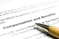 Compensatie en voordelen met houten pen stock foto