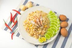 Compensi la deriva il riso fritto su fondo bianco, alimento tailandese immagine stock