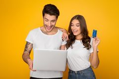 Compera delle coppie online sul computer portatile con la carta di credito fotografia stock libera da diritti