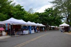 Compera e viaggio della gente al mercato di strada di camminata Fotografie Stock Libere da Diritti