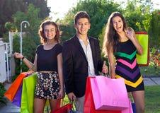 Compera felice di Natale degli adolescenti fuori Immagine Stock