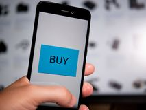 Compera online con il telefono fotografia stock