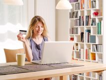Compera online con una carta di credito Fotografia Stock