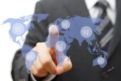 Comperando intorno ai prodotti di vendita o del mondo globalmente Fotografia Stock