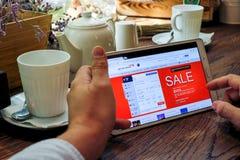Comperando online sul sito Web britannico di linee aeree Fotografie Stock