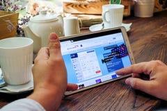 Comperando online sul sito Web britannico di linee aeree Fotografia Stock
