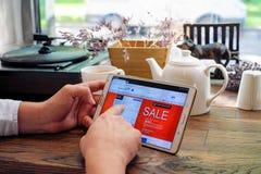Comperando online sul sito Web britannico di linee aeree Immagine Stock