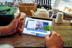 Comperando online sul sito Web di linee aeree di KLM Immagine Stock Libera da Diritti