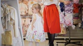 Immagini di riserva di bambino davanti allo specchio la sovranit di download 208 libera le foto - Bambini che si guardano allo specchio ...
