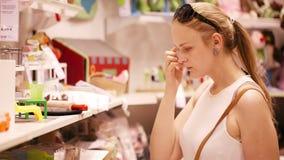 Comperando per i giocattoli nel supermercato stock footage