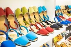 Comperando per i sandali di Avarca Menorca immagini stock
