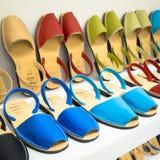 Comperando per i sandali di Avarca Menorca fotografia stock