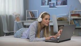 Comperando ragazza online e teenager felice di trovare le vendite, regali d'acquisto nel negozio di Internet video d archivio