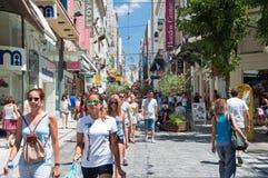Comperando sulla via di Ermou il 3 agosto 2013 a Atene, la Grecia. Immagini Stock Libere da Diritti