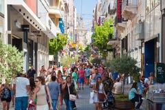 Comperando sulla via di Ermou il 3 agosto 2013 a Atene, la Grecia. Fotografia Stock Libera da Diritti