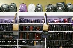 Comperi con gli scaffali con molte varie borse degli uomini Fotografie Stock Libere da Diritti