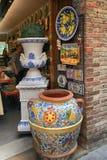 Comperi con la ceramica della maiolica alla città medievale di San Gimignan fotografia stock