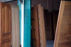 Comperi per la porta che di vendita installano per mostrare molte porte ed il modello per i clienti Fotografia Stock