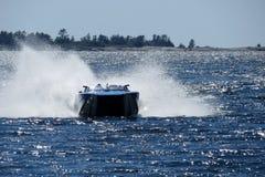 Competência de barco da velocidade na água Fotos de Stock Royalty Free