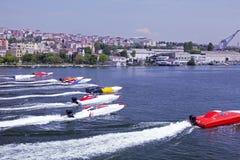 Competência de barco a pouca distância do mar no chifre dourado, Istambul foto de stock