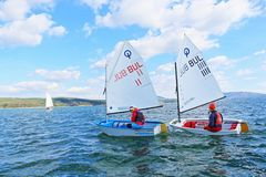 Competência de barcos da navigação das meninas Imagens de Stock Royalty Free