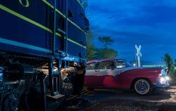 Competência de carro do vintage através do cruzamento de estrada de ferro Imagens de Stock
