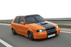 Competência de carros de ajustamento abaixo da estrada Fotos de Stock Royalty Free