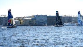 Competência do catamarã da série de navigação extrema em St Petersburg, Rússia video estoque