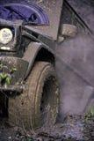 Competência em carros fora de estrada A parte de SUV colou na sujeira, fim acima Pneu sujo Foto de Stock Royalty Free