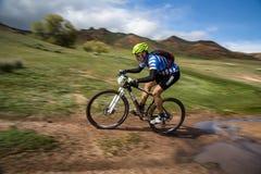 Competencia a campo través de la bici de montaña de la aventura Fotos de archivo libres de regalías