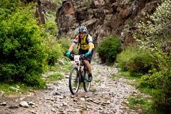 Competencia a campo través de la bici de montaña de la aventura Imagen de archivo