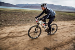 Competencia a campo través de la bici de montaña de la aventura Fotografía de archivo libre de regalías