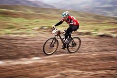 Competencia a campo través de la bici de montaña de la aventura Foto de archivo