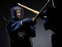Competencia de dos combatientes del kendo imágenes de archivo libres de regalías