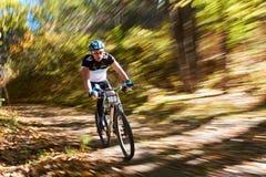 Competencia de la bici de montaña Imagenes de archivo