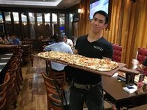 competencia de la comida de la pizza de 1 metro Foto de archivo