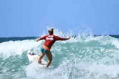 Competencia de la resaca de Breaka Burleigh favorable. Competencia que practica surf. Febrero de 2013 Queensland, Australia Fotografía de archivo