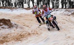 Competencia de la velocidad de la cruz del moto del invierno en Letonia Imagen de archivo