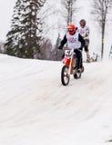 Competencia de la velocidad de la cruz del moto del invierno en Letonia Fotos de archivo