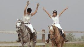 Competencia de salto de demostración del caballo de dos muchachas almacen de video